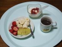 5/12 朝食 バナナ、キウイ、イチゴ、豆乳ヨーグルト、あずきスープ