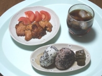 5/12 昼食 鶏から揚げ、トマト、梅干しおにぎり、きゅうり漬け、麦茶