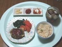 5/12 夕食 鯵とゴボウのハンバーグ、トマト、ホウレンソウソテー、らっきょう、梅干し、キムチマヨネーズ、桜えびと枝豆のご飯、麦茶