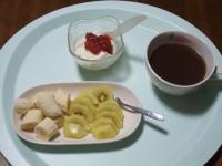 5/13 朝食、バナナ1本、ゴールドキウイ1個、豆乳ヨーグルト、あずきスープ