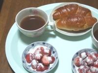 5/14 朝食 塩バターパン、いちごミルクパウダーがけ、あずきスープ