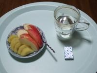 6/7 朝食 リンゴ、ゴールドキウイ、ベビーチーズ、白湯