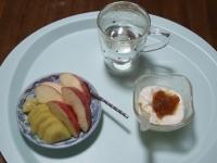 6/8 朝食 リンゴ、キウイ、豆乳ヨーグルト、白湯