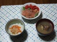6/8 夕食 毛ガニいくら丼、スモークサーモンのサラダ、あさりの味噌汁