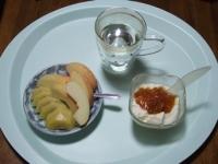 6/9 朝食 りんご、キウイ、豆乳ヨーグルト、白湯