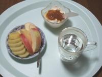 6/11 朝食 りんご、キウイ、豆乳ヨーグルト、白湯
