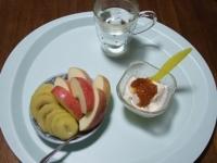 6/13 朝食 りんご、キウイ、豆乳ヨーグルト、白湯