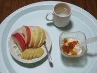 6/14 朝食 りんご、キウイ、豆乳ヨーグルト、白湯