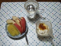 6/15 朝食 りんご、キウイ、豆乳ヨーグルト、白湯