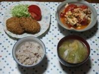 6/15 夕食 焼きコロッケ、豚肉と豆腐とトマトの塩炒め、キャベツと油揚げの味噌汁、雑穀ごはん