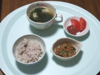 6/21 昼食 納豆、餃子入りワカメスープ、トマト、焼き梅干し、雑穀ごはん