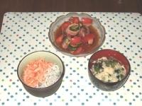 6/23 夕食 イカとトマトときゅうりのピリ辛和え、桜えびとしらす丼、ほうれん草と玉子のスープ
