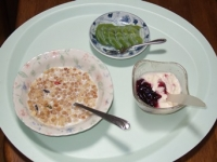7/11 朝食 キウイ、フルーツグラノーラ、豆乳ヨーグルト