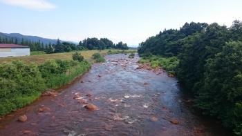 母成峠までの道中の川