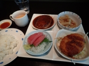 青物横丁 王様のポケット 4品定食(チーズインハンバーグ+たたきごぼう+コロッケ+まぐろの刺身)(2016/8/3)