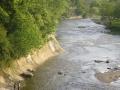 崖の続く川