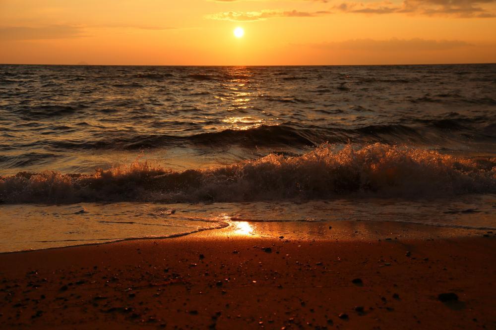 波打ち際の夕陽