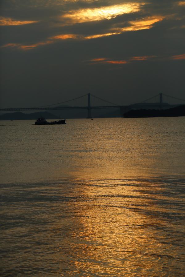瀬戸大橋のある夕景