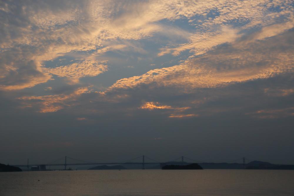 瀬戸大橋と夕暮れの空