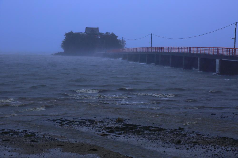 嵐に浮かぶ津島の宮