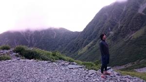 見上げる 山