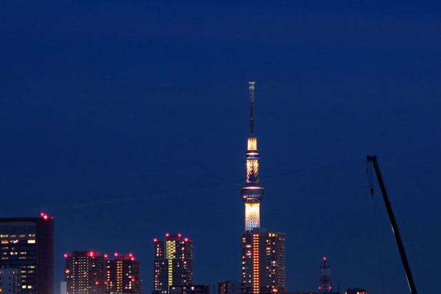 足立の花火大会会場から見えた東京スカイツリー