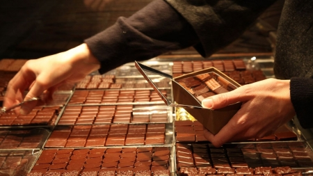 vitrine-de-chocolats-jean-paul-hevin_5129094.jpg