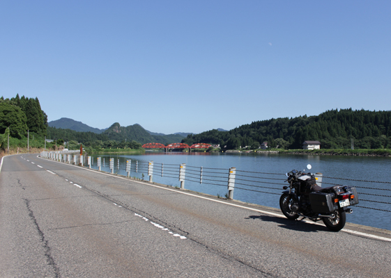 麒麟山と阿賀野川
