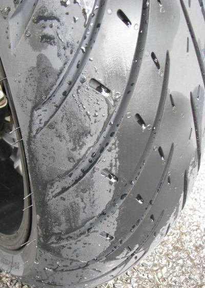 新品タイヤに水をかけた。サイドが水を弾く
