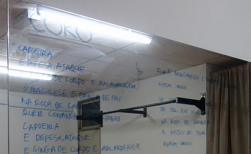 鏡には歌詞が直書き
