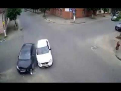 【苦笑】ルーマニアのとある交差点・・・・・意地でも信号やサインを設置しない?!