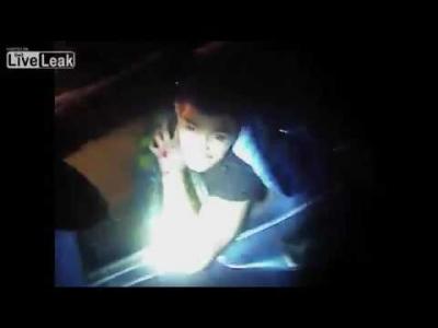【衝撃!】燃え盛る車に閉じ込められた男性を警察官が救出した瞬間の衝撃映像!