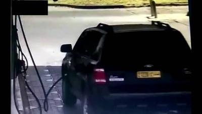 【危機一髪!】ガソリンスタンドで車から煙がっ!車内で子供が寝ている!