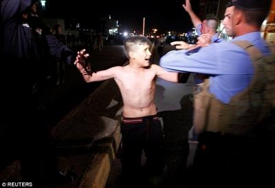 【衝撃!】12歳の少年の自爆テロを未然に防いだ!爆弾ベストを外す瞬間映像!