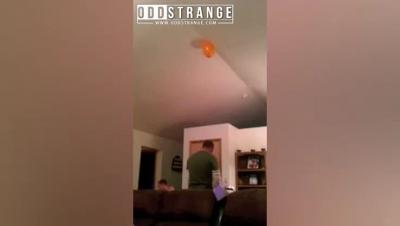 【衝撃!】幼子を天井に投げる父親!おいおい頭当たってるよ!