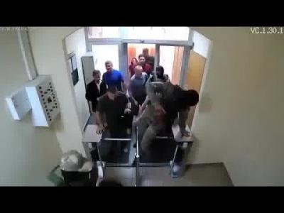 【笑える!】ウクライナ特殊部隊の突入の瞬間が・・・・・