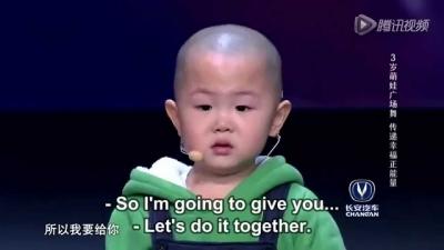 【笑える!】3歳の男の子・・・・・ダンスがカワイイ!(中国)