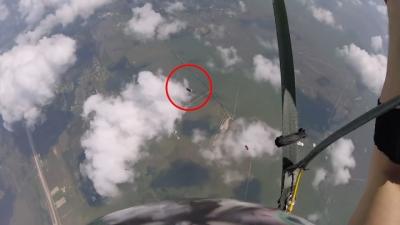【神ワザ!】スカイダイバーが脱げちゃった自分靴を空中でキャッチ!