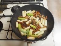 鶏皮と長ねぎのぴり辛炒めt42