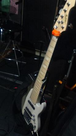 六弦ベース