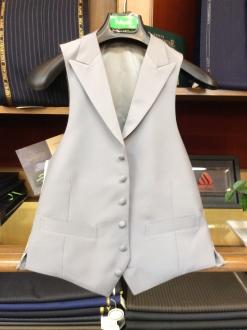 ライトグレーの襟付きベスト