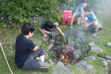 暑いのに焚き火