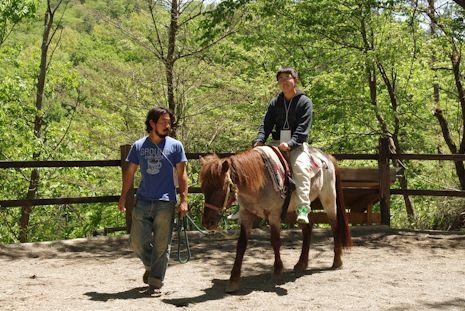 ユウマ馬に乗る