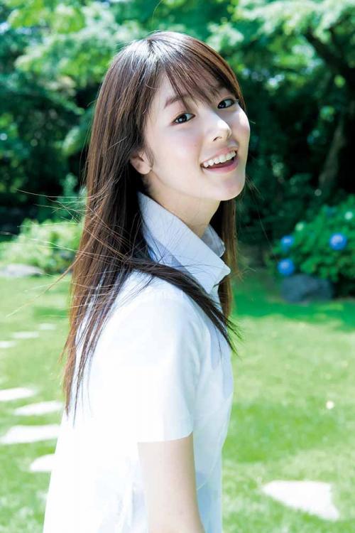 唐田えりか:ソニー損保の美少女がヤンジャングラビアに 清楚な制服やワンピース姿