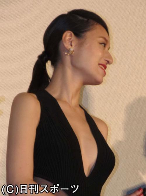 栗山千明が胸元強調のセクシー黒ドレス姿