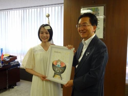 能年玲奈 岩手県庁を訪問、改名後初仕事か 達増知事「お帰り」と大歓迎