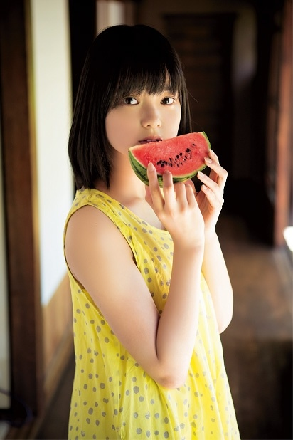 平手友梨奈、「ヤンジャン」グラビアに登場 あどけない可愛さで魅了