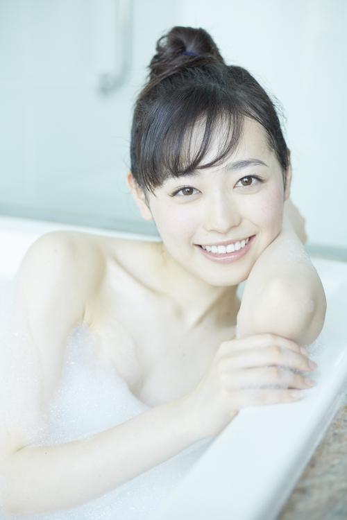 福原遥、泡風呂&水着姿は「お母さんにも見せたくない」