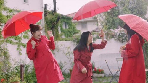 土屋太鳳:広瀬すず&松井愛莉と真っ赤なレインコートで大はしゃぎ
