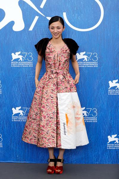満島ひかり、べネチア国際映画祭にPRADAのドレスで登場